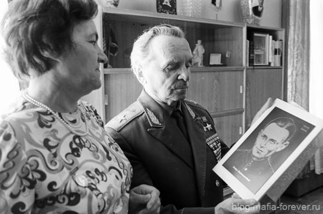 Вдова Героя Советского Союза Фрица Шменкеля Эрна Шменкель вручает генералу Петру Батову гравюру с изображением её мужа