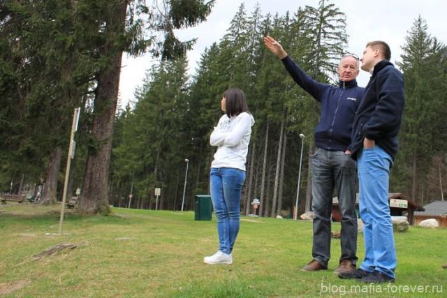 Дед в центре — типичный пенсионер. Подрабатывает инструктором на горнолыжном курорте, а летом водит автобус.